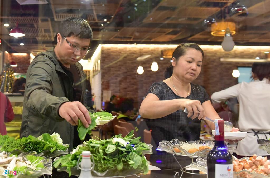 Các khách hàng ăn buffet buổi trưa thảnh thơi của ngày đầu năm mới.