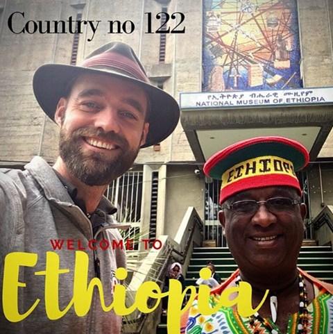 Pedersen chụp ảnh với một người dân Ethiopia.
