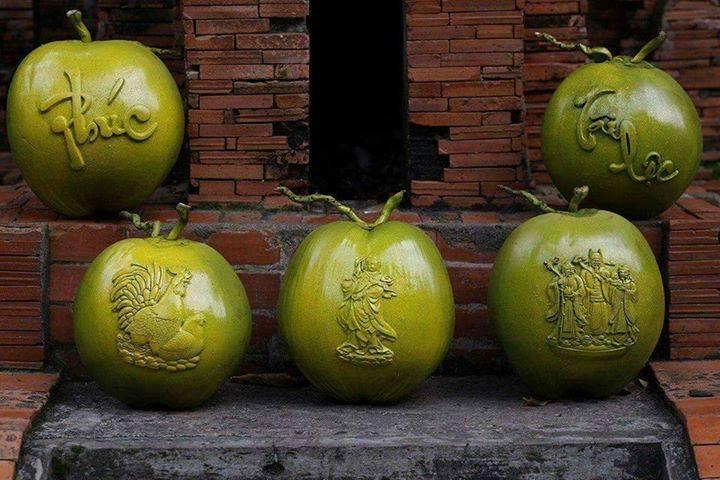 Dừa điêu khắc hình gà trưng Tết: 1,2 triệu/quả nhưng vẫn cháy hàng
