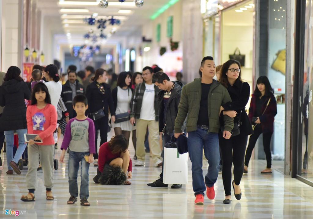Các trung tâm thương mại cũng đông đúc hơn thường lệ.