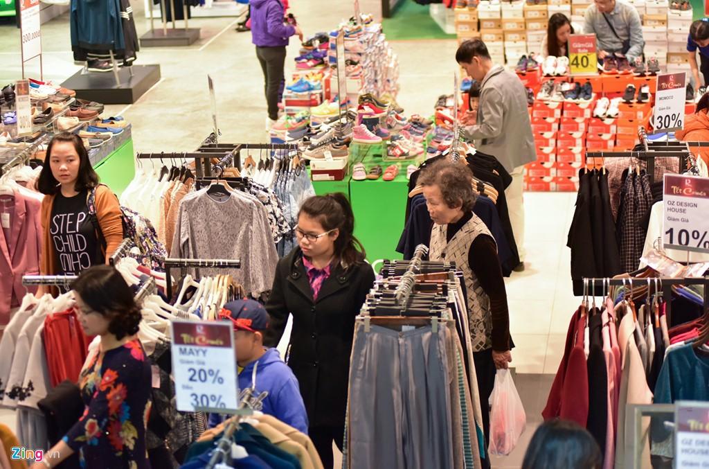 Các gian hàng thời trang tại Royal City thu hút nhiều khách nhân dịp năm mới.
