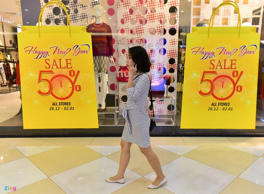 Nhiều nhãn hàng giảm giá lớn trong dịp Tết Dương lịch.