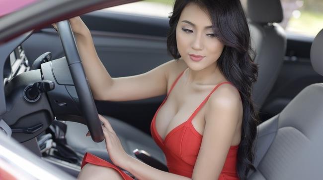 Người đẹp chân dài mặc bộ váy đỏ khoét sâu, tạo dáng quyến rũ bên chiếc Hyundai Elantra màu đỏ